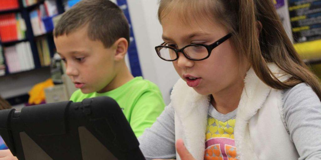 Kinder lernen am Computer